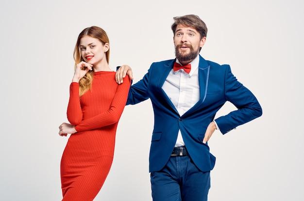 Man en vrouw emoties handgebaren lichte achtergrond