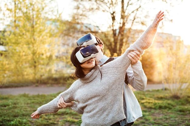 Man en vrouw genieten van de denkbeeldige realiteit in vr-headsets