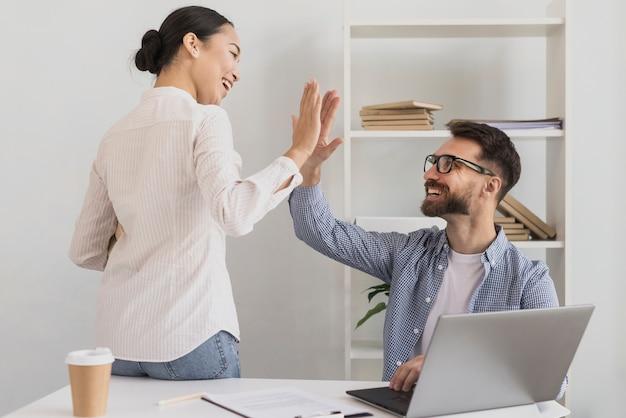 Man en vrouw geven high five