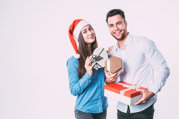 Man en vrouw glimlachend en bedrijf presenteert