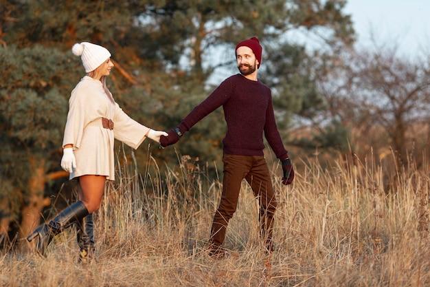Man en vrouw hand in hand buiten