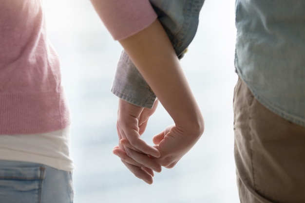 Man en vrouw hand in hand. verliefde paar handen samen, in de buurt