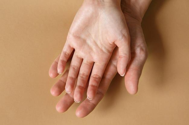 Man en vrouw handen. concept van liefde, familie en trouw. gevoelens en attitudes. ruimte voor tekst