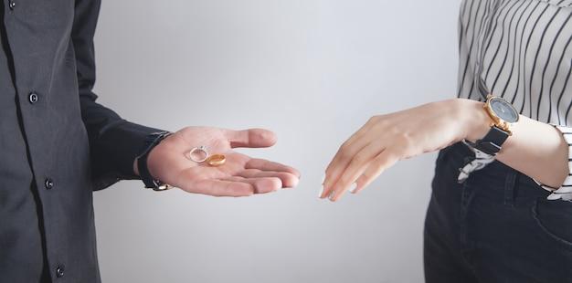 Man en vrouw handen met verlovingsringen.