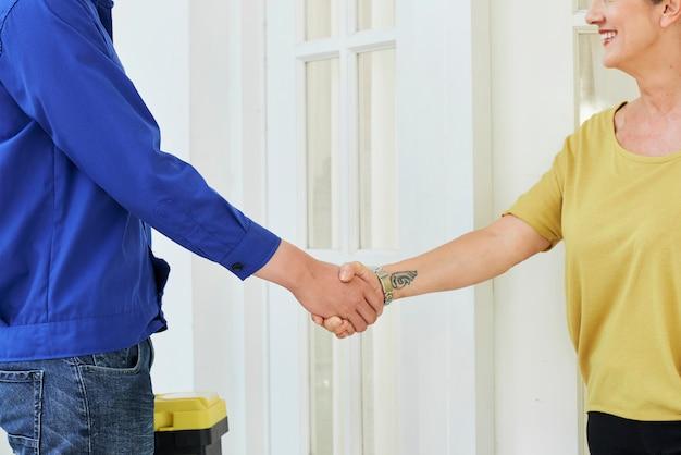 Man en vrouw handen schudden