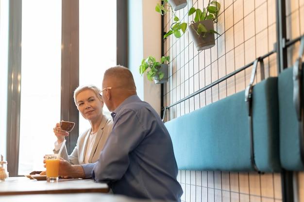 Man en vrouw hebben een leuke date in een café