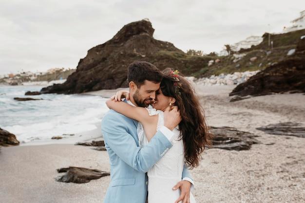 Man en vrouw hebben een strandhuwelijk