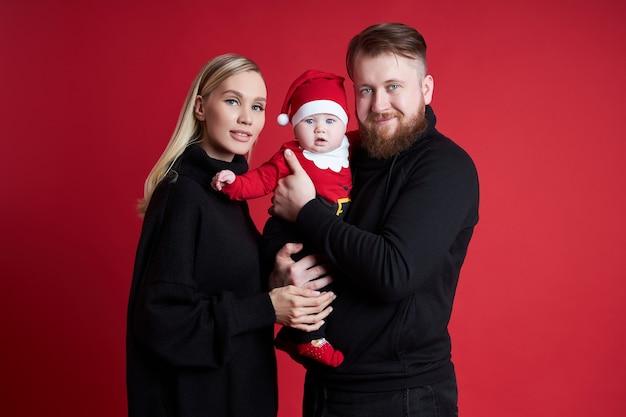 Man en vrouw houden baby in hun armen