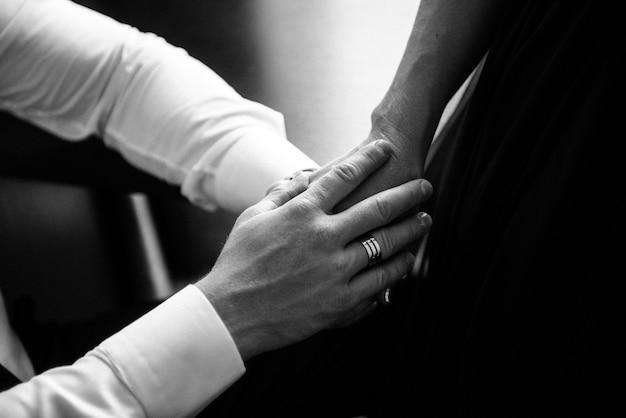 Man en vrouw houden handen dicht omhoog