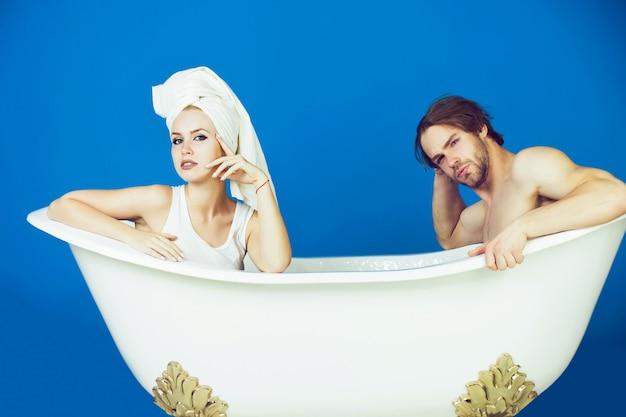 Man en vrouw in badkuip