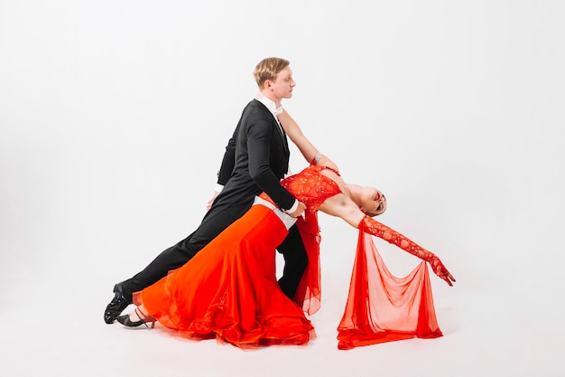 Man en vrouw in ballroomdanshouding