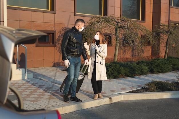 Man en vrouw in beschermende medische maskers