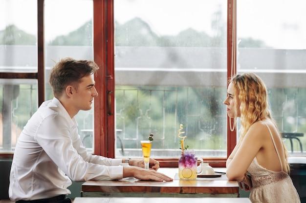 Man en vrouw in café