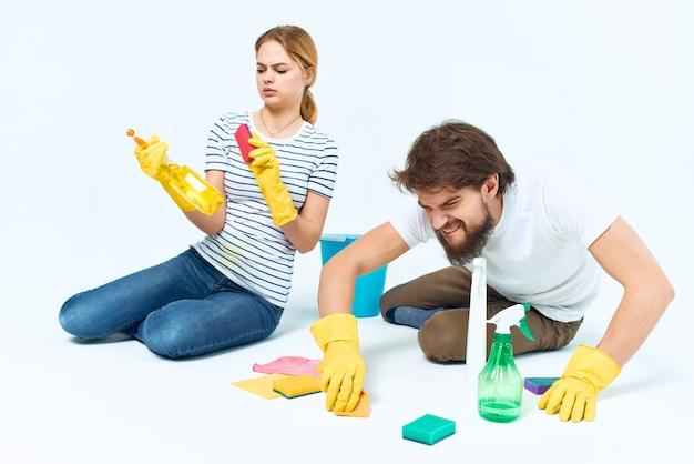 Man en vrouw in de buurt van de schoonmaakdienst van de bankkamer