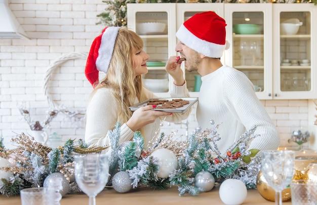 Man en vrouw in de keuken kerstfoto