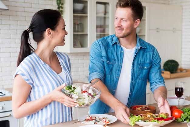 Man en vrouw in de keuken