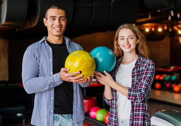 Man en vrouw in een bowlingclub