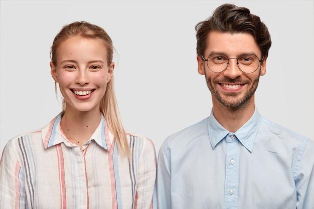 Man en vrouw in formele kleding poseren