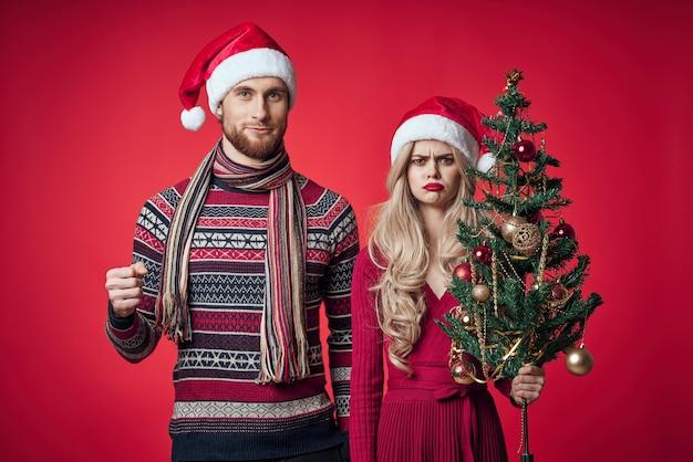 Man en vrouw in nieuwjaarskleding leuk kerstboomversieringsportret