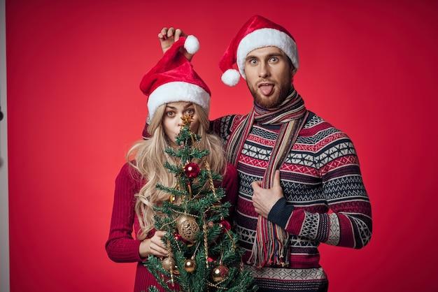 Man en vrouw in nieuwjaarskleren vieren samen kerst