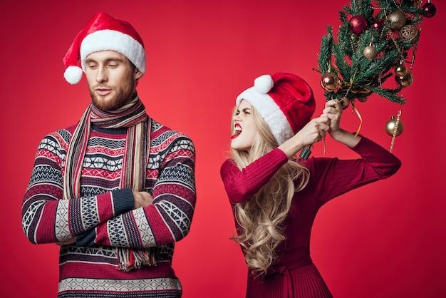 Man en vrouw in vakantie kerst leuk decoratie speelgoed