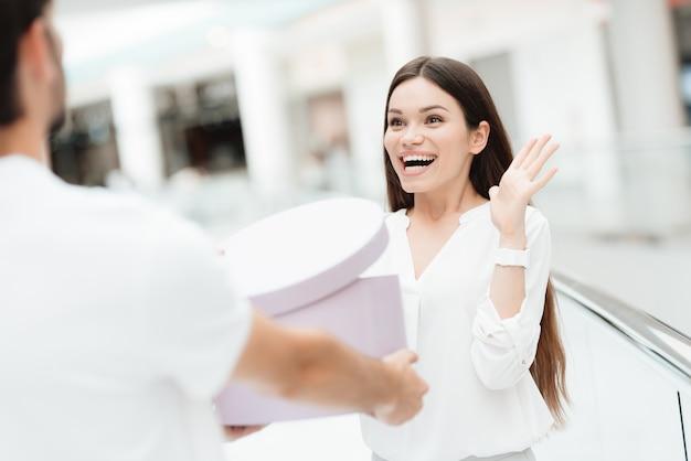 Man en vrouw in winkelcentrum cadeau voor vrouw