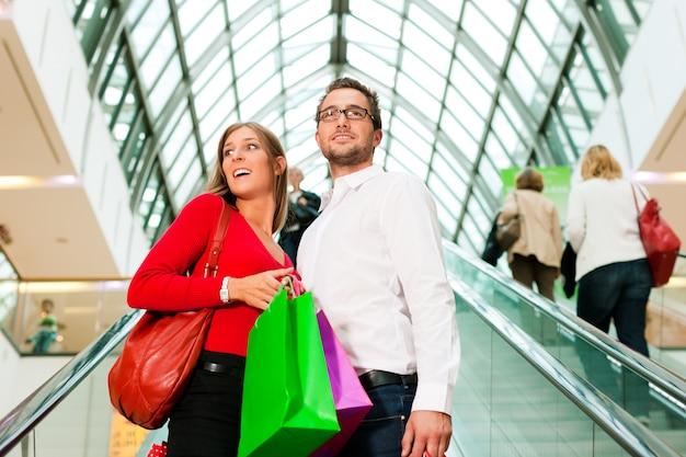 Man en vrouw in winkelcentrum