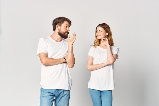Man en vrouw in witte t-shirts en jeans ontwerpen mode kopieerruimte studio
