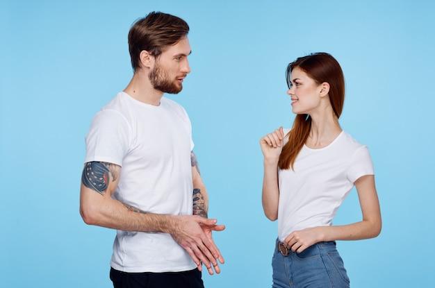Man en vrouw in witte t-shirts jong paar die bebouwde mening babbelen