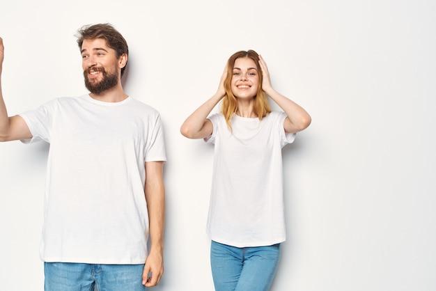 Man en vrouw in witte t-shirts mode poseren