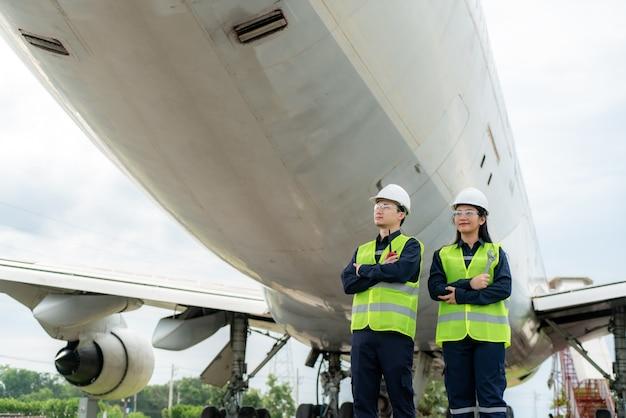 Man en vrouw ingenieur onderhoud vliegtuig arm gekruist