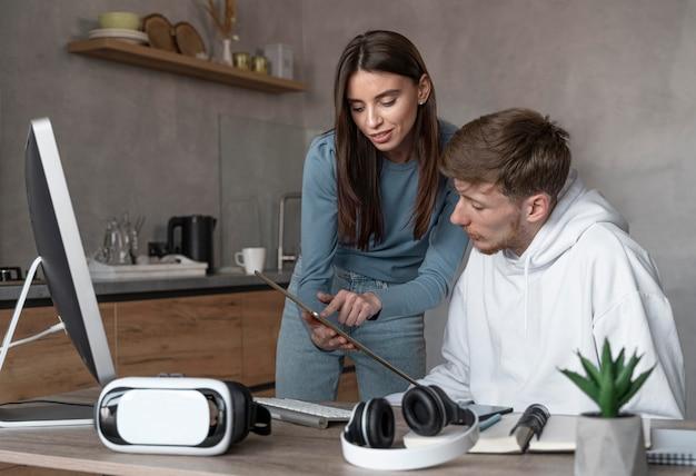 Man en vrouw kijken naar tablet samen op het werk