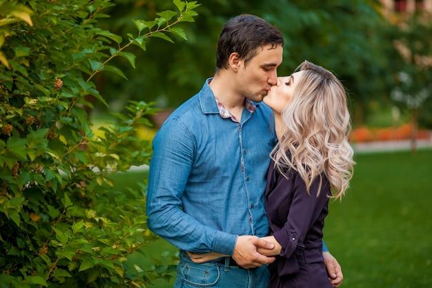 Man en vrouw knuffelen in het park