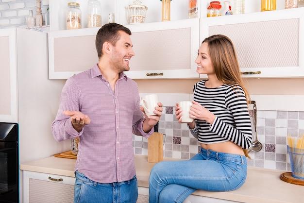 Man en vrouw koffie drinken in de keuken