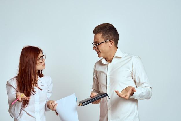 Man en vrouw koppel poseren in een trui, een sterk paar liefhebbers