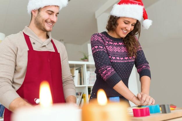Man en vrouw lachend terwijl ze koken