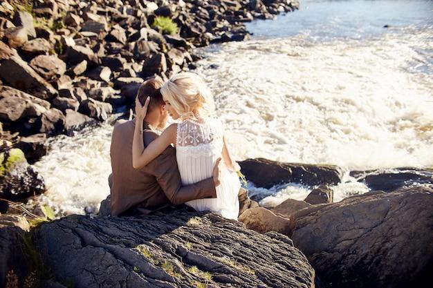 Man en vrouw liefde en knuffels, hechte relatie en liefde, paar