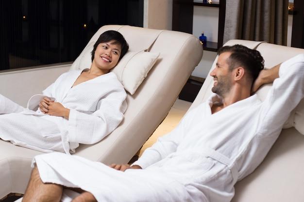Man en vrouw liggen in witte jassen