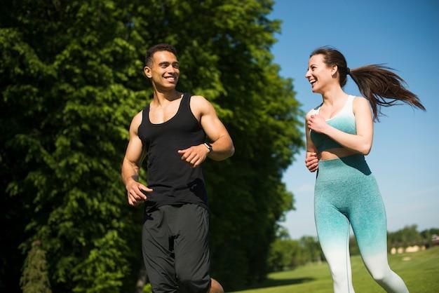 Man en vrouw lopen buiten in een park
