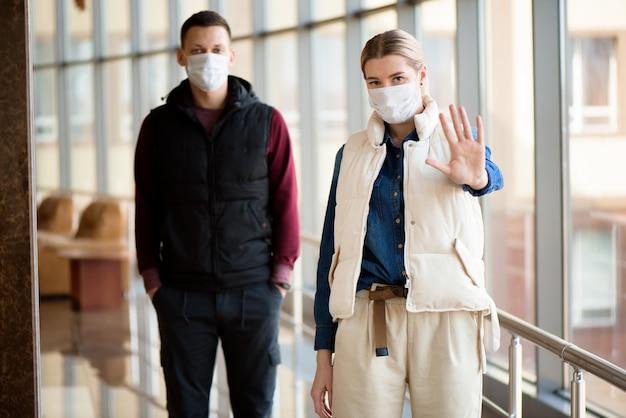 Man en vrouw lopen met medische gezichtsmaskers