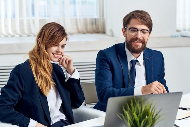 Man en vrouw managers werken samen voor de technologie van laptopprofessionals