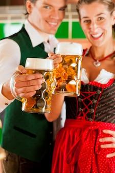 Man en vrouw met bierglas in brouwerij