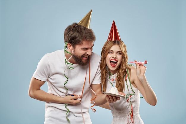 Man en vrouw met een cake en een kaars