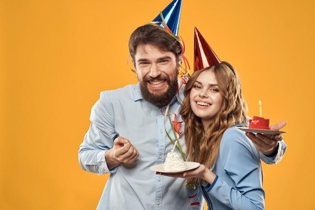 Man en vrouw met een cupcake en kaars