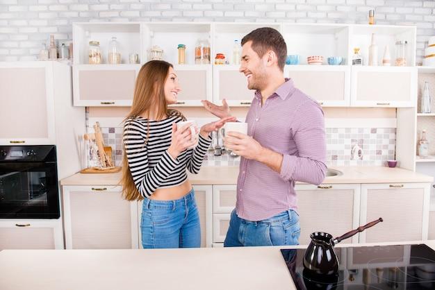 Man en vrouw met een gesprek en koffie drinken