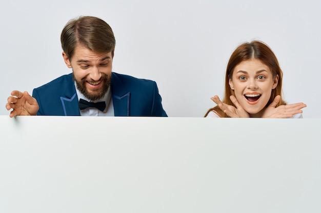 Man en vrouw met een promotie-poster