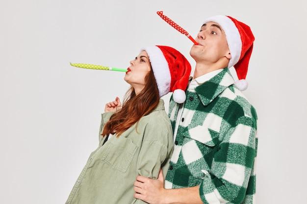 Man en vrouw met feestelijke datums nieuwjaar van geluk kerstviering