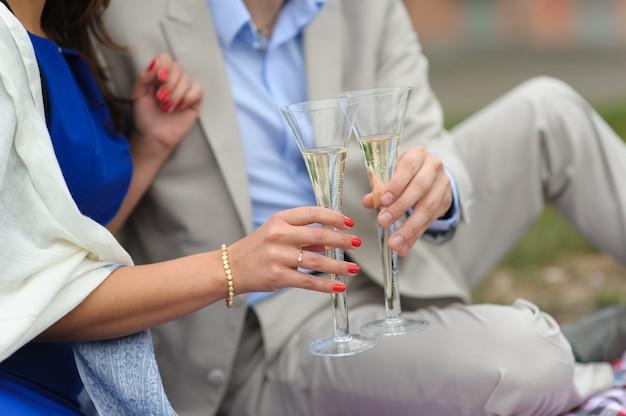 Man en vrouw met glazen champagne