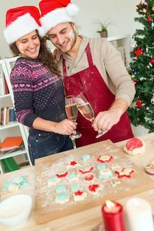 Man en vrouw met kerst cookies