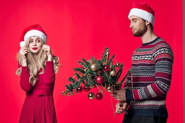 Man en vrouw met kerstbomen in handen speelgoed decoratie kerstplezier